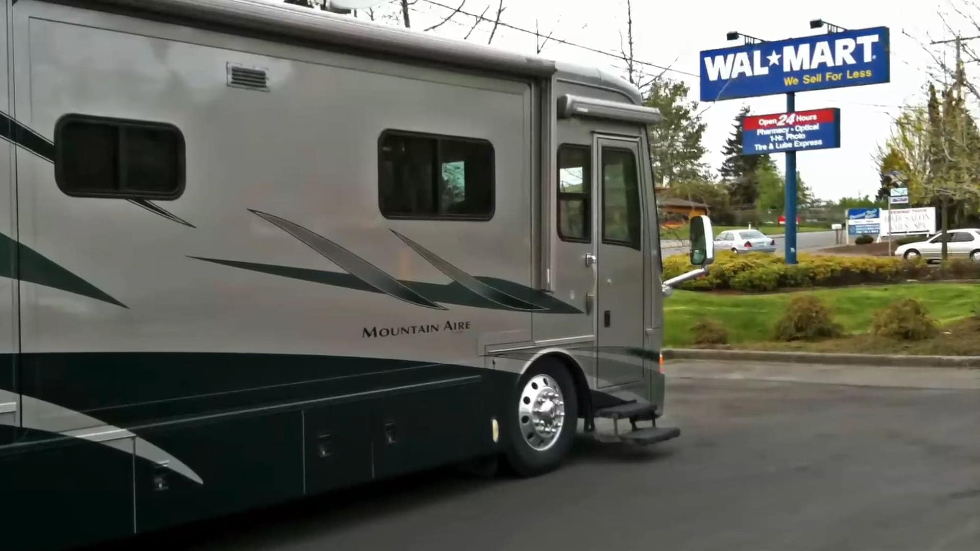 Free overnight RV parking in business lots offer tremendous conveniences for travelers.